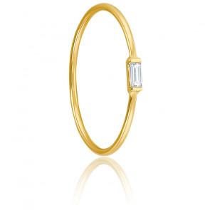 Anillo con diamante baguette de 0,05 quilates y oro amarillo de 18 quilates.